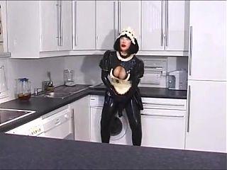 Mistress Sandra und ihre Gummi-Zofen
